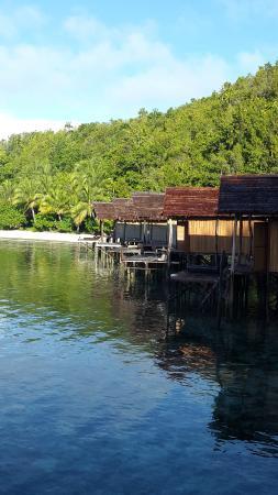 Raja Ampat Doberai Eco Resort: Clear blue water in front of bungalows