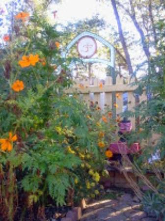 Sivananda Ashram Yoga Farm: In the garden