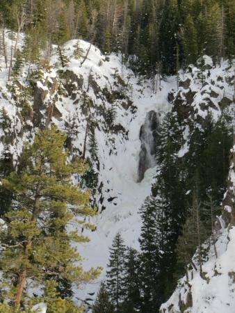 Fish Creek Falls : The force of the water breaks through the ice and snow