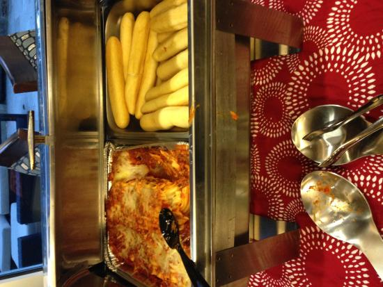 Holiday Inn Express Hotel & Suites Austin NW - Arboretum Area : Lasagna and bread sticks at Happy Hour.