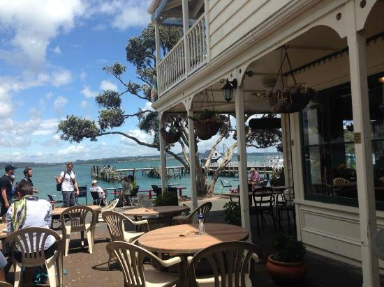sally's restaurant: Looking out from Sally's to Russell ferry wharf