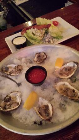 The Union Grill and Pub: Yummy dinner. Sweet small oysters.
