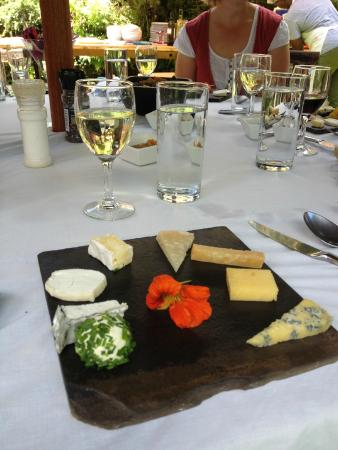 Brown's Cheese Factory & Farm : The wine and cheese platter with homemade crackers