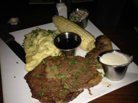 Dog Tooth Bar & Grill: prime rib action