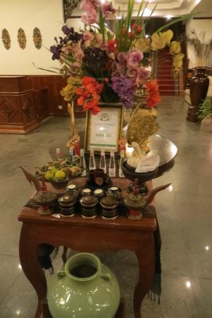 Prum Bayon Hotel: Lobby w/ TA certificate