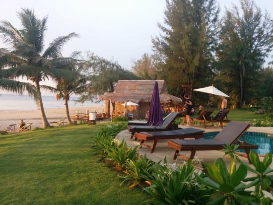 Good Days Lanta Beach Resort: Pool and beach view