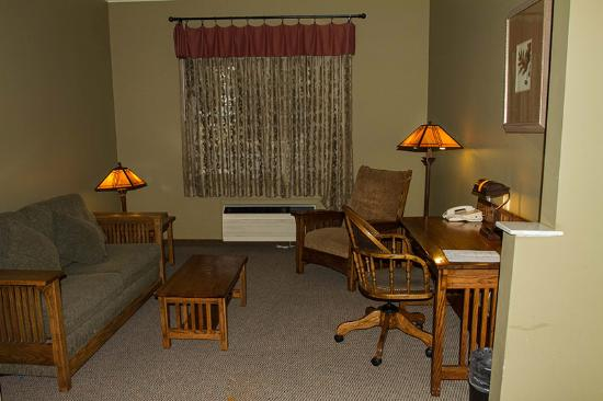 Best Western Plus Sunset Suites-Riverwalk: King bedroom - desk and sitting area
