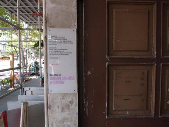 Johann Strauss Museum : 目印の看板(見逃さないように)