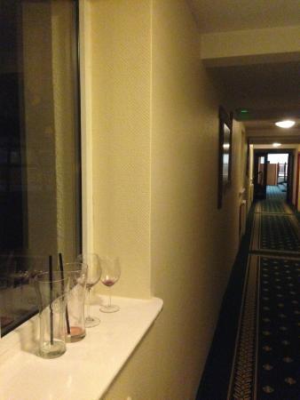 Hotel Anders: szklanki i lampki na wino zostawione po gościach na korytarzu