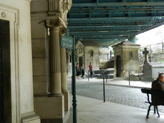 Paris, Frankrike: Entrada al cementerio por la  Av. Rachel (el techo de hierro es la Rue Caulaincourt que pasa por