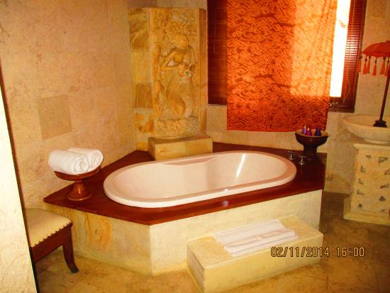 The Mansion Resort Hotel & Spa: Villa Tub, Shower and double vanity included
