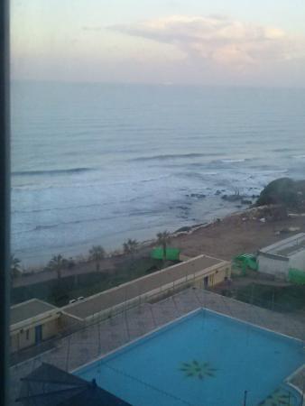Blue Bay Hotel & Spa: Вид из окна нашего номера в 7 часов утра