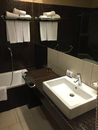 Buda Castle Fashion Hotel: Bathroom 1