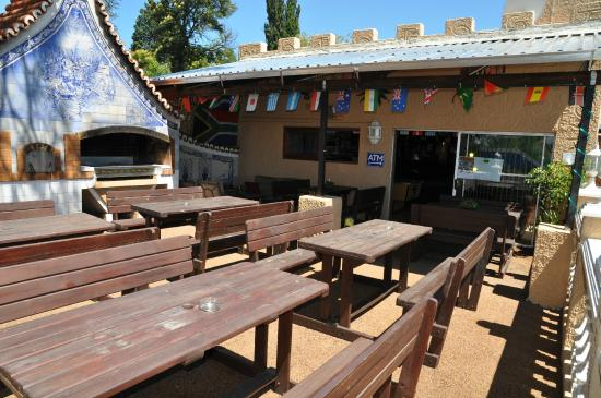 Brown Sugar Backpackers: Bar patio and braai area