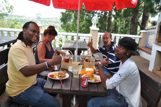 Brown Sugar Backpackers: Guests enjoying a pub lunch on the patio