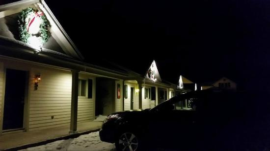 Skaneateles Suites: Evening view of front of bungalows.