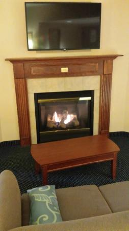 Wingate by Wyndham Ellicottville: Fire place in suite