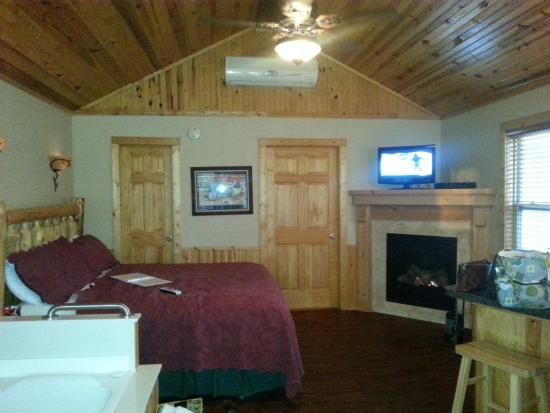 Aviston, IL: Spacious Room