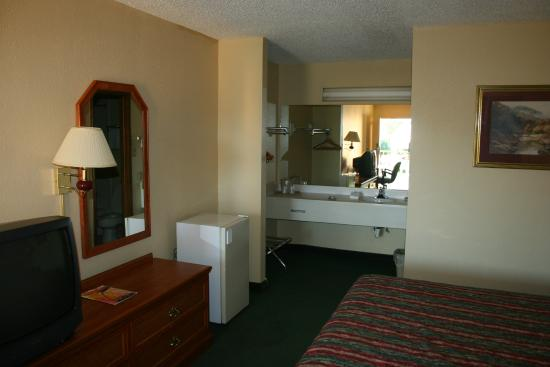 Econo Lodge Fayetteville: facing the lav