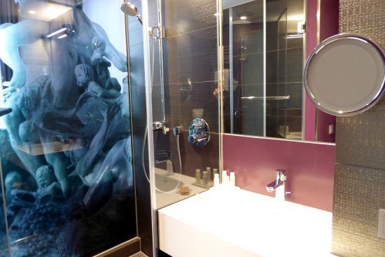 Glaswände Bad bad mit neptunbrunnen auf glaswand picture of hotel indigo berlin