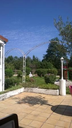 Du tr s beau mobilier photo de les jardins de la saone for Jardin val de saone