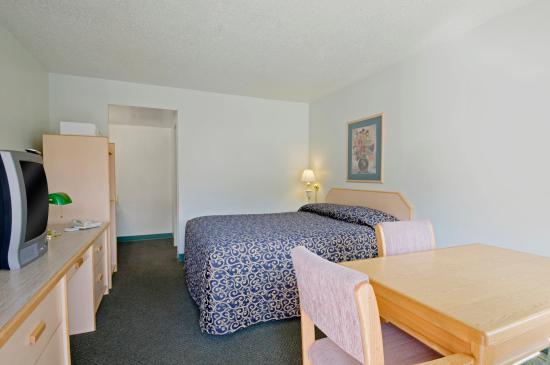 Canadas Best Value Inn & Suites-Desert Motel: One Queen