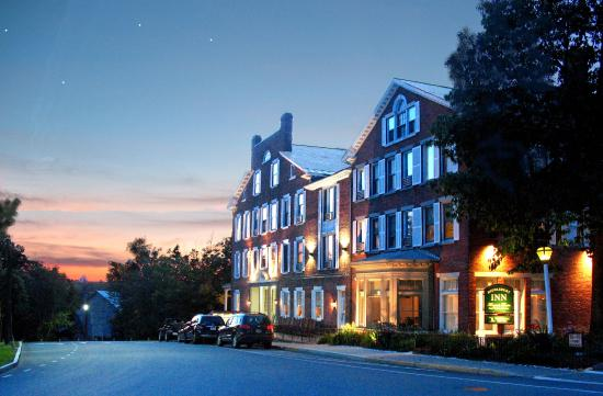 Middlebury Inn: Inn at Night