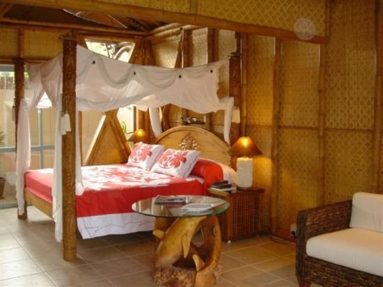 Magic Reef Bungalows: Bed In Red