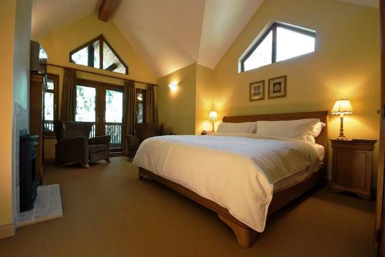 Whistler Alpine Chalet Retreat & Wellness: ALPHEMLOCKROOM