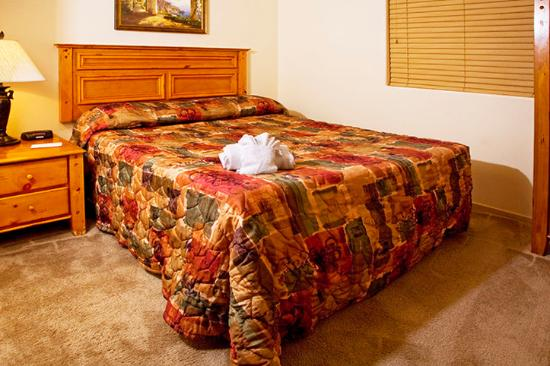Emerald Suites Cameron: Bed Room