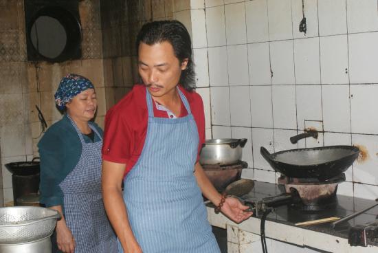 Duc Tuan Hotel: préparation de nems dans la cuisine de l'hôtel...