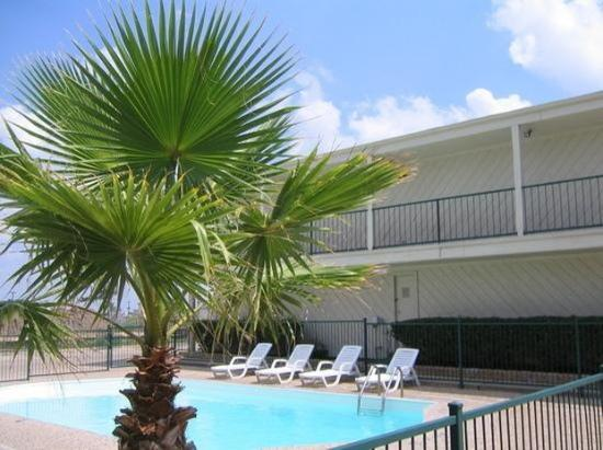 EZ Travel Inn: Large Outdoor Swimming Pool