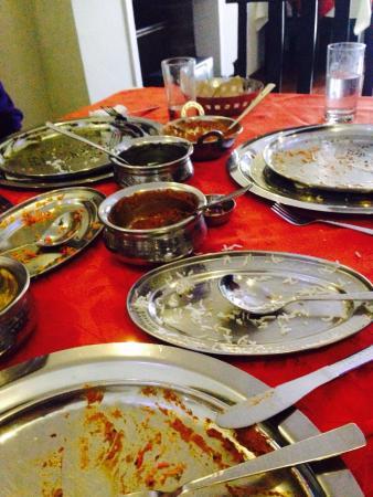 Jewel of India: La fineza y sabor se ven reflejados en una mesa de platos vacios, y comensales contentos, un lug
