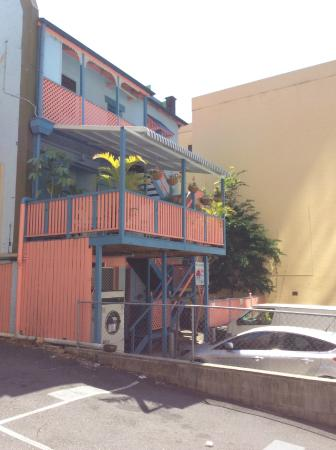 Annie's Shandon Inn: Back patio with patio tables & comfortable chairs