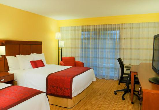 Courtyard by Marriott Traverse City: Queen/Queen Guest Room