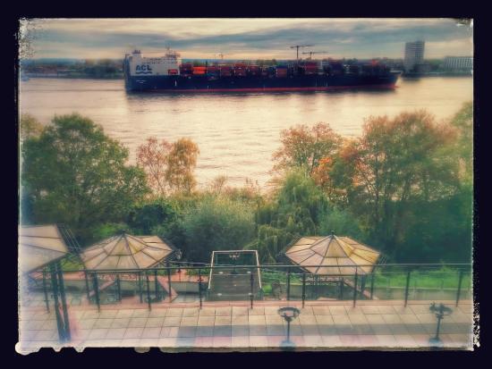 Das Weisse Hotel an der Elbchaussee: View of the Elbe