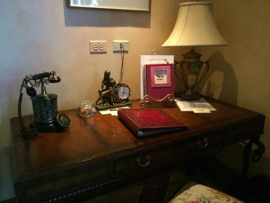 Lynfred Winery Bed & Breakfast : italian suite phone and desk