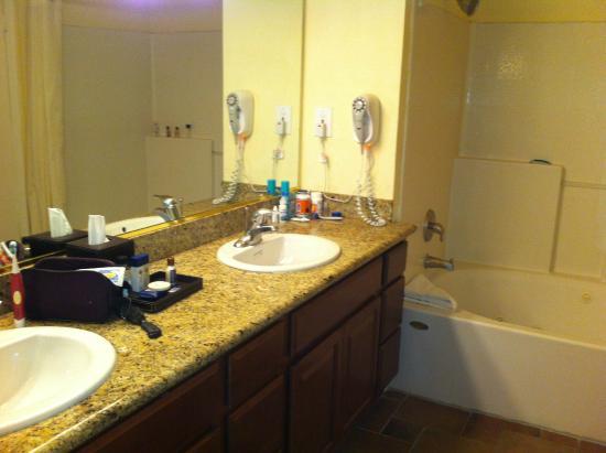 Club de Soleil All-Suite Resort: Master Bath