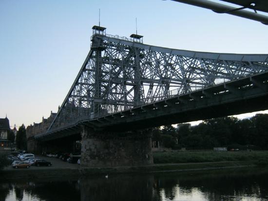 Loschwitzer Brücke (Blaues Wunder): в сумерки
