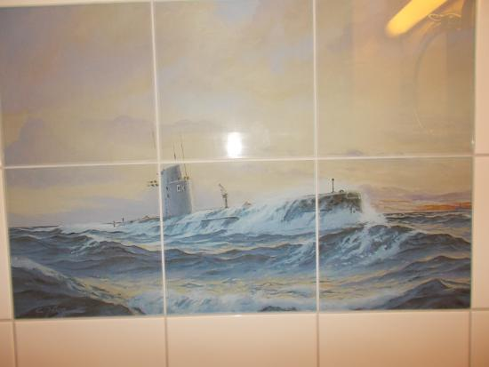 Drottning Victorias Orlogshem: submarine tile in bathroom wall......maintains the naval flare