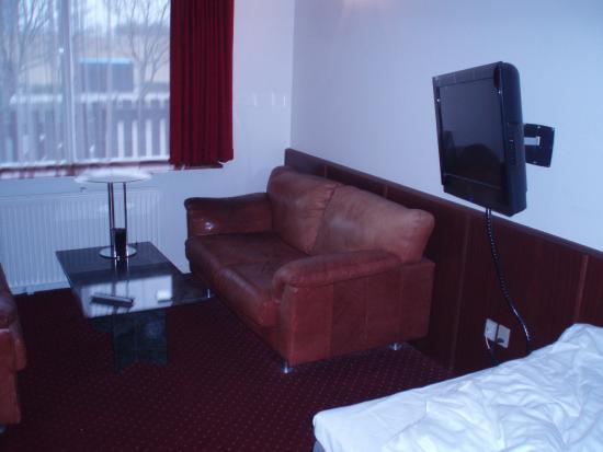 Hotel La Tour: Et dejligt værelse med både sofa og seng