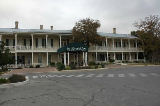 Ye Kendall Inn : Front of Hotel