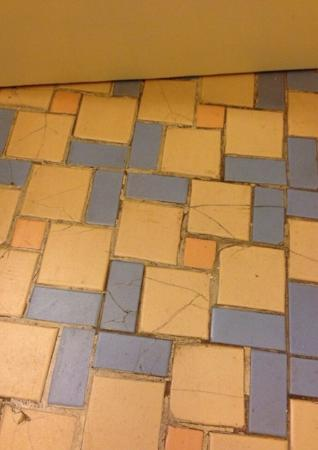 Hotel Mac Rae : Cracked floor tiles throughout the entire bathroom