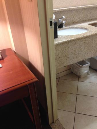 Holiday Inn Boston Brookline: Be careful exiting bathroom