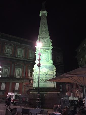 Piazza San Domenico Maggiore: Luce