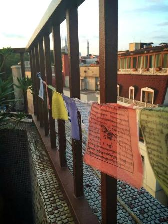 Istanbul Harmony Hostel : flags on the roof