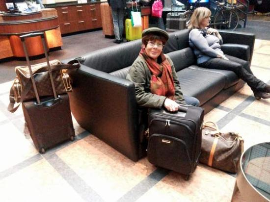canap s confortables en attendant le taxi bild von radisson blu hotel amsterdam amsterdam. Black Bedroom Furniture Sets. Home Design Ideas