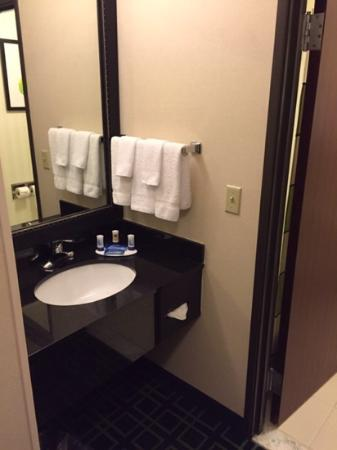 Fairfield Inn & Suites Portland Airport: standard bathroom