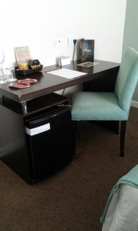 Uthgra Sasso Hotel: escritorio en la habitación