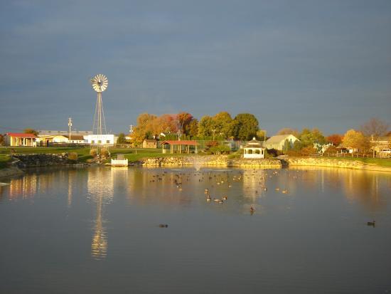 Bird-In-Hand Family Inn: Walking path around pond.